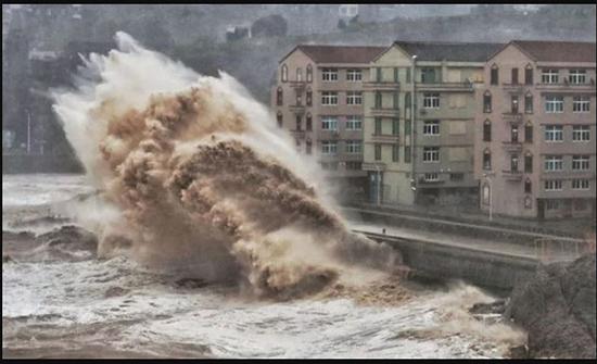 شاهد: إعصار ليكيما يضرب الصين بأمواج عاتية وسقوط 29 ضحية