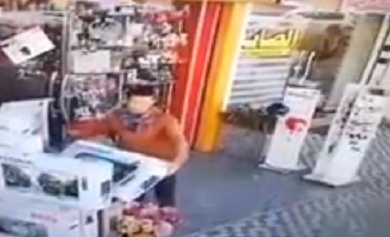 بالفيديو : لقطات صادمة للص يسرق تليفزيون من أمام محل بوضح النهار