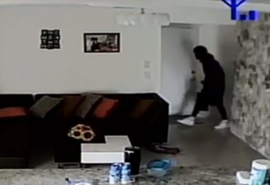 بالفيديو: دخل اللصَّان إلى منزلها.. أمٌّ تشهد لقطات حية على هاتفها لعملية السرقة وما فعله ابنها الصغير!