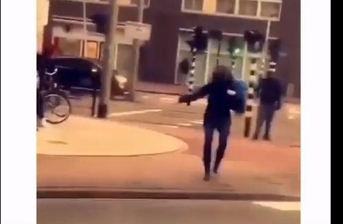 سقوط مروع لفتاة حسناء بسبب قوة الرياح (فيديو)