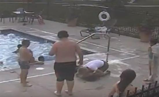 بالفيديو: إنقاذ فتى من الغرق في اللحظات الأخيرة!