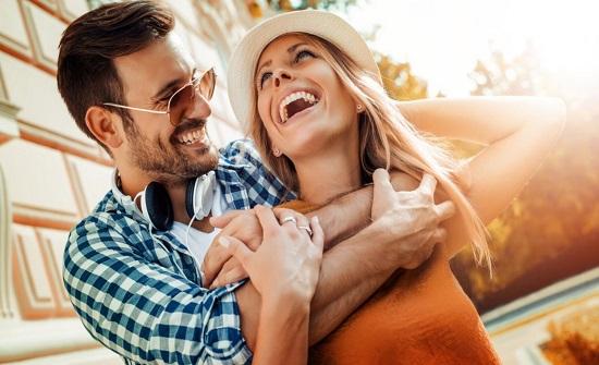 ما علاقة طول فترة الزواج بالضحك