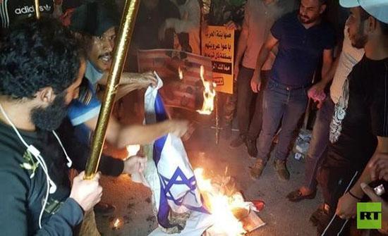 """بالفيديو : العراق.. متظاهرون يقتحمون مقر السفارة البحرينية في بغداد احتجاجا على """"ورشة المنامة"""""""