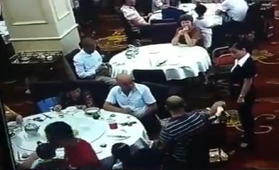 بالفيديو : زبون بمطعم صيني يشتبك مع نادلة ويوسعها ضربا
