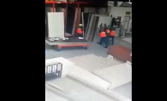 مصرع شاب لحظة سقوط ألواح خشبية عليه (فيديو)