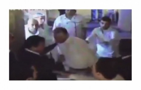 بالفيديو : مرافقو نائب أردني يضربون عامل مطعم في العقبة