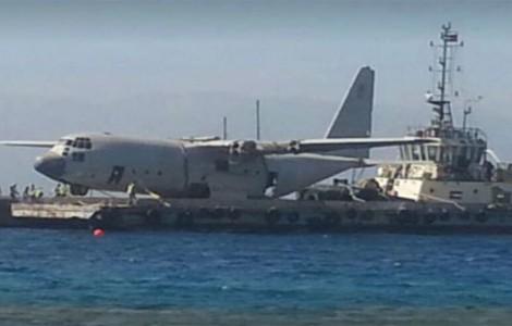 شاهد لحظة اغراق الطائرة في خليج العقبة.. (صور وفيديو)