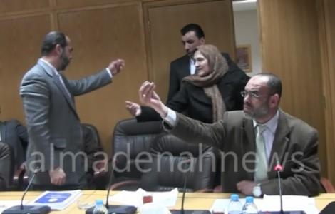 بالفيديو : مشاجرة حامية الوطيس خلال اجتماع  لجنة التربية ونقابة المعلمين