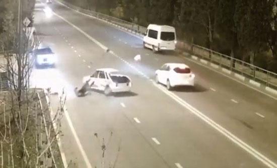 راكب يندفع من نافذة سيارة تعرضت لحادث خطير (فيديو)