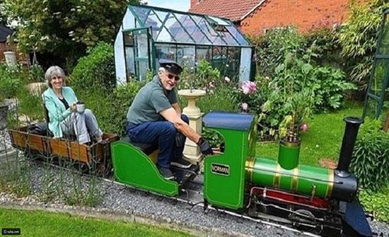 صور: عاشق للقطارات يبني خط سكة حديد رائع حول منزله