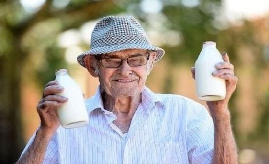 بائع الحليب الأكبر سناً العالم