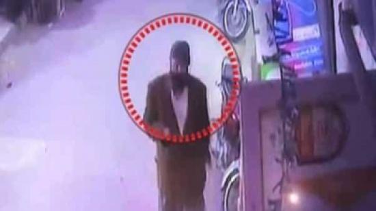 شاهد: قاتل زينب يحوم حول منزلها وشرطة باكستان في مأزق
