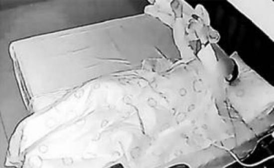 هددت زوجها بالطلاق... ما يفعله خلال نومه غريب جدّاً!