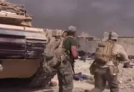 بالفيديو ... عمل بطولي: جندي ينقذ طفلة من وسط النيران