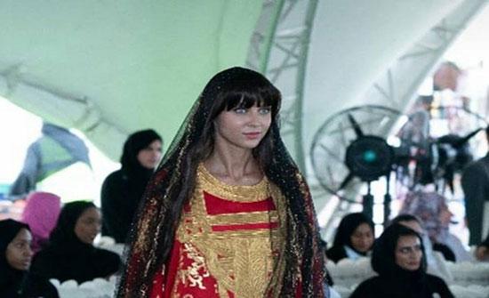 بالصور: مصممة أزياء إماراتية تقدم عرضا تراثيا مبهرا