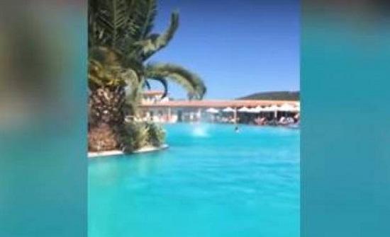 بالفيديو.. زوبعة تثير الرعب في مسبح باليونان!