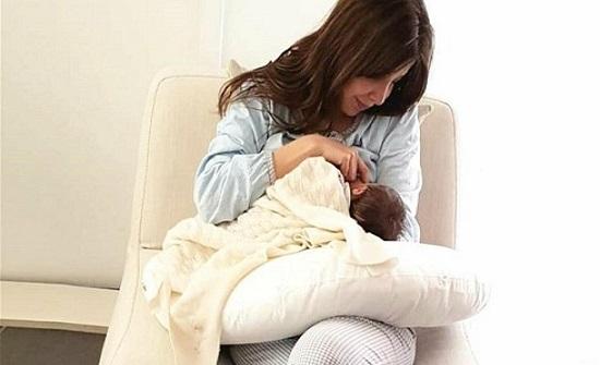الإستعانة بنانسي وطفلتها للتشجيع على الرضاعة الطبيعية