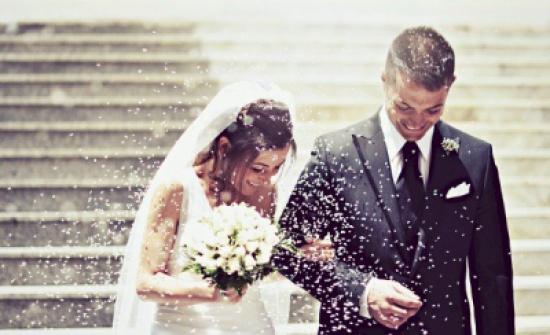 بالفيديو.. شاب يقدّم أغرب هدية لشقيقته العروس في حفل زفافها ! ماذا فعلت؟