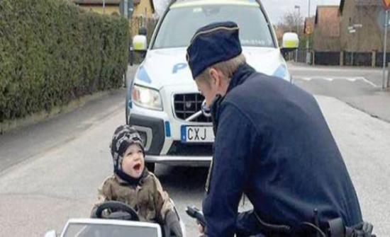 شرطي يوقف طفلاً يقود سيارته لتجاوزه السرعة