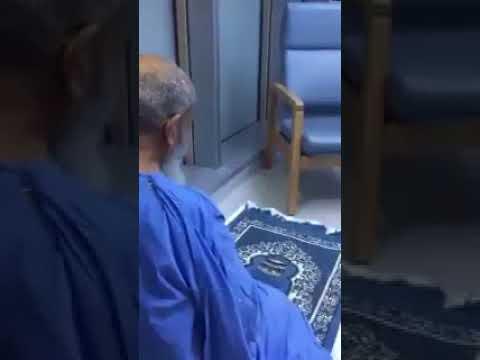 """شاهد: لم يمنعه مرضه ومكوثه بالمستشفى من """"قيام الليل"""""""