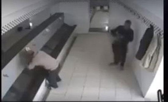 سرقة مصلين أثناء وضوئهم في مسجد (فيديو)
