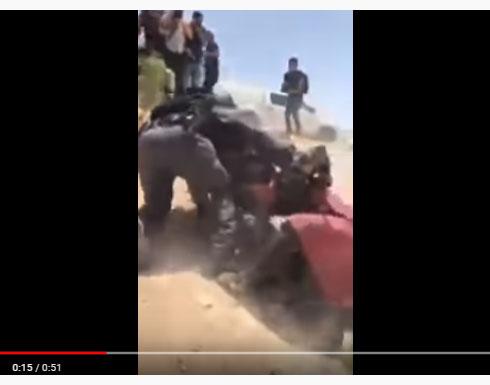 بالفيديو : الاحتلال يسحل فلسطينية  في الخان الاحمر بالضفة
