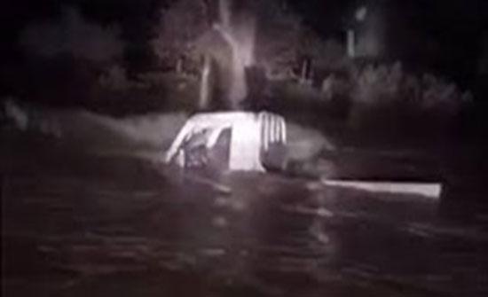 بالفيديو :  ماذا فعل مواطن لحظة احتجاز السيول شابين بالسعودية
