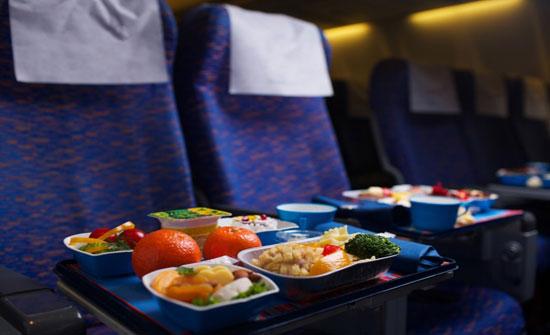 إحذروا وجبات الطعام على متن الطائرة.. وإياكم أن تأكلوا البيض!