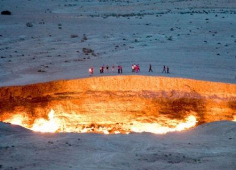 «باب جهنم».. حفرة مشتعلة منذ أكثر من 50 عاما تحير العلماء (صور)