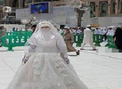 عروس حاولت الدخول للمسجد الحرام بفستان الزفاف فحصلت لها مفاجأة غير متوقعة