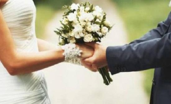 عروسان ينقذان حياة طفلة من الغرق أثناء جلسة تصوير حفل زفافهما (فيديو)