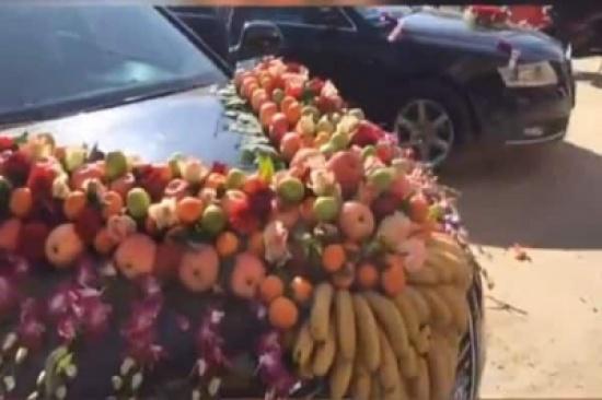 شاهد.. سيارة زفاف مزينة بالفاكهة