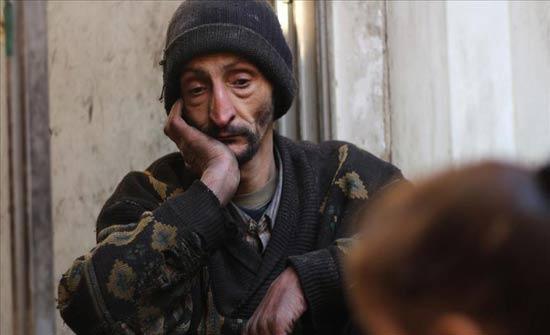 """""""أبو كاسم"""" المحاصر بغوطة دمشق.. يصفده جوعه ويعذبه جوع عياله (قصة إنسانية)"""