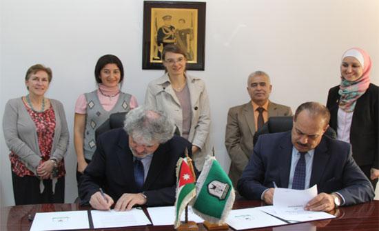 توقيع مذكرة تفاهم بين اليرموك والمنظمة العالمية الأمريكية لتعليم الفئات الأقل حظا
