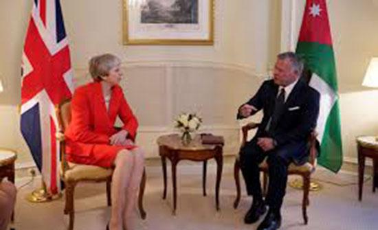 الملك يلتقي في باريس رئيسة الوزراء البريطانية