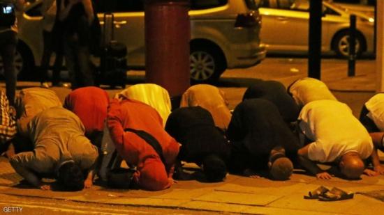 """بالصور.. المسلمون واصلوا الصلاة بعد """"هجوم فينسبري"""""""