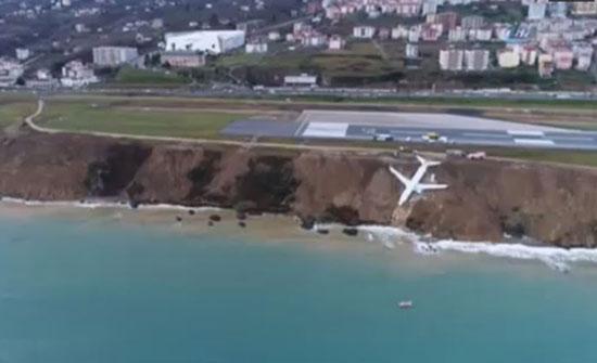 بالفيديو.. حادث غريب لطائرة تنزلق وتغرق في الوحل