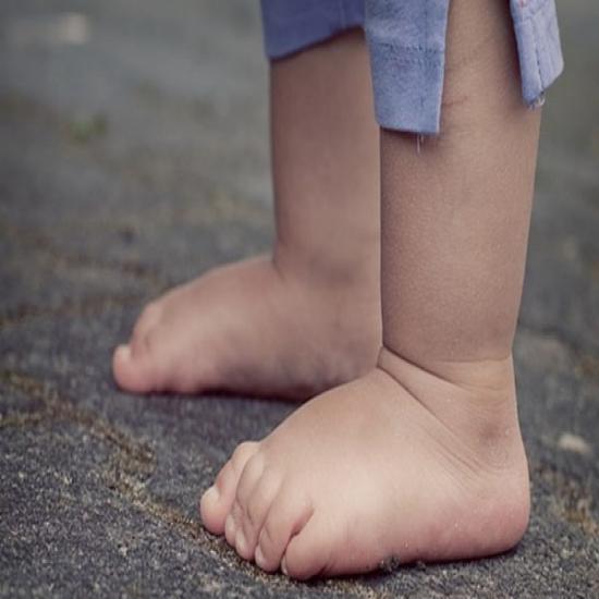 لماذا يجب أن يمشي الاولاد حفاة في أغلب الأوقات ( والكبار أيضاً ! )