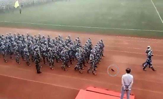 بالفيديو والصور : شاهد ما فعلته فتاة لاستعادة حذائها خلال عرض عسكري