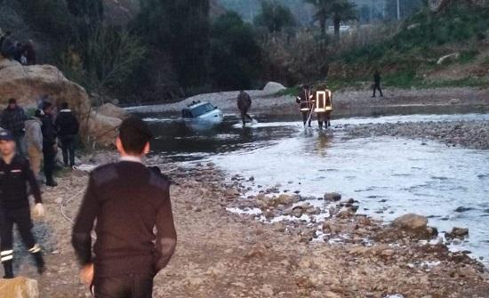 بالفيديو والصور : مركبة تتعرض للغرق في سيل جرش