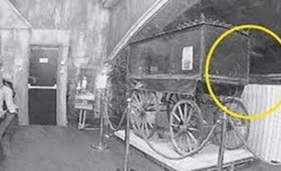 لقطات مخيفة لشبح يرفع مقبضا داخل المتحف المسكون في نوتنجهام (فيديو)