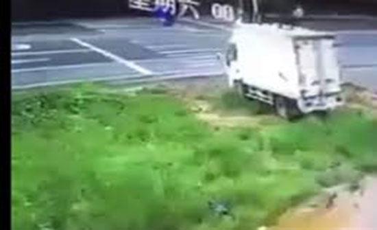 فيديو : مصرع شخصين يستقلان دراجة نارية في حادث دهس مروع