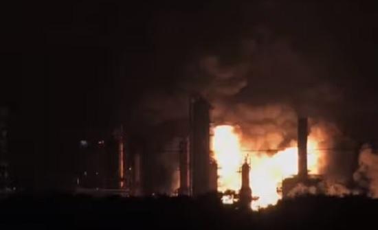 بالفيديو : انفجار ضخم بمصفاة البترول في فيلاديلفيا
