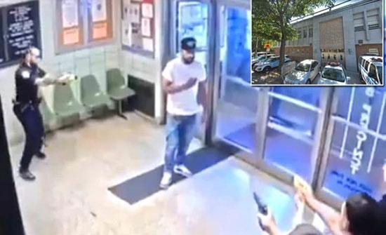 شاهد: رجل يقتحم قسم شرطة بنيويورك حاملا سكينا.. وهكذا تعاملوا معه