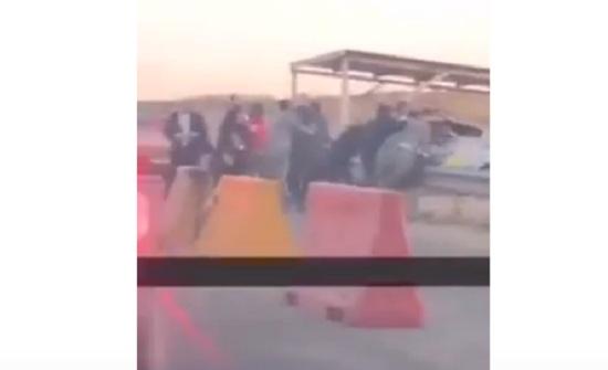 شاهدوا :  مواطنون يعتدون على رقيب سير في عمان