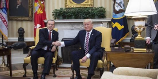 فيديو: مصافحة ترامب المميزة فعلها مع الجميع إلا أردوغان.. ما السبب؟