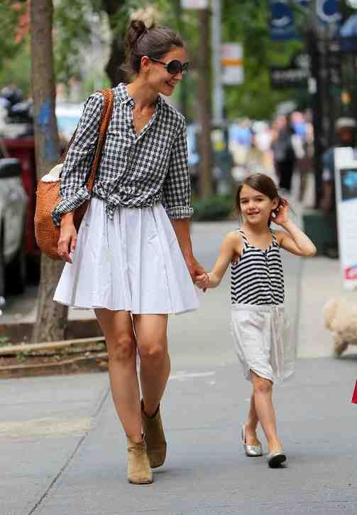 54361085928d8 03 katie holmes suri cruise h724 7 Tips for an Independent Mother   Raise a Daughter without a Father