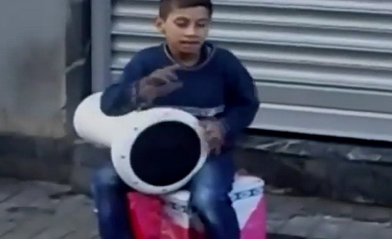 بالفيديو.. رد فعل فتاة حسناء رأت طفلا يعزف على الطبل بالشارع