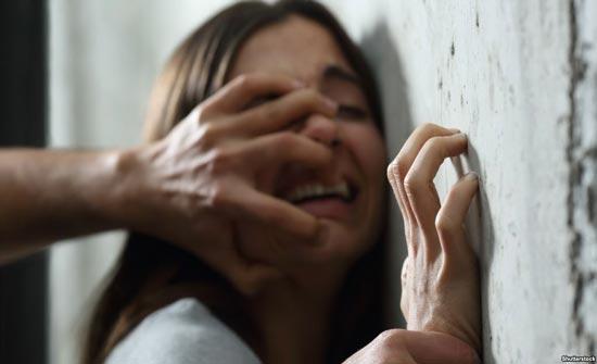 انتزع هاتفها لاستدراجها ثم قام باغتصابها