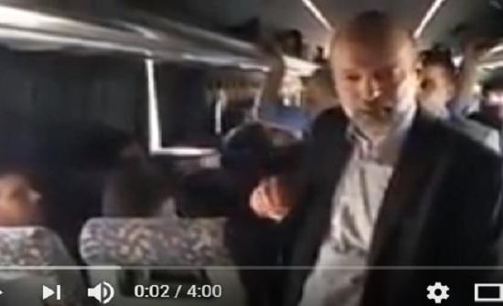بالفيديو : الرزاز يفاجئ المواطنين في مجمع الشمال ويصعد حافلة ركاب